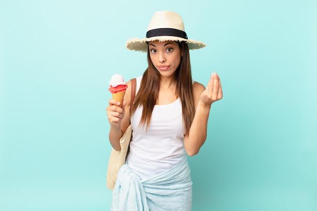 Молодая латиноамериканская женщина делает каприз или денежный жест, говорит вам платить и держит мороженое. концепция шумер