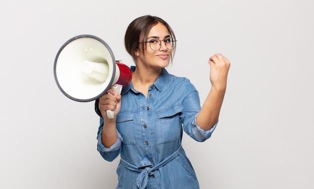 Молодая латиноамериканка делает каприз или денежный жест, говоря вам, чтобы вы заплатили свои долги!