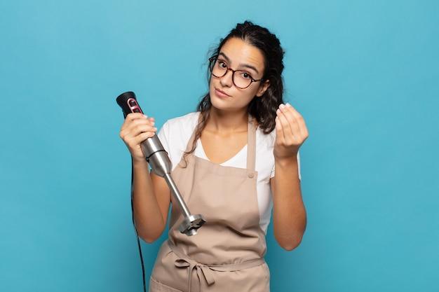 Молодая латиноамериканка делает капризный или денежный жест, говоря вам, чтобы вы заплатили свои долги!