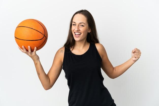 농구하는 격리 된 흰색 배경 위에 젊은 히스패닉 여자