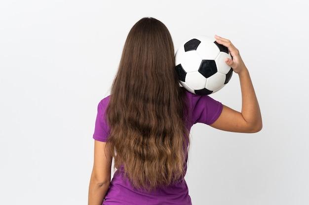 Молодая латиноамериканская женщина на изолированном белом фоне с футбольным мячом