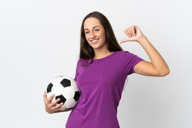 Молодая латиноамериканская женщина над изолированным белым с футбольным мячом и гордится собой