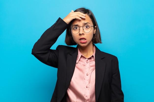 Молодая латиноамериканка в панике из-за забытого дедлайна, чувствует стресс, вынуждена скрывать беспорядок или ошибку