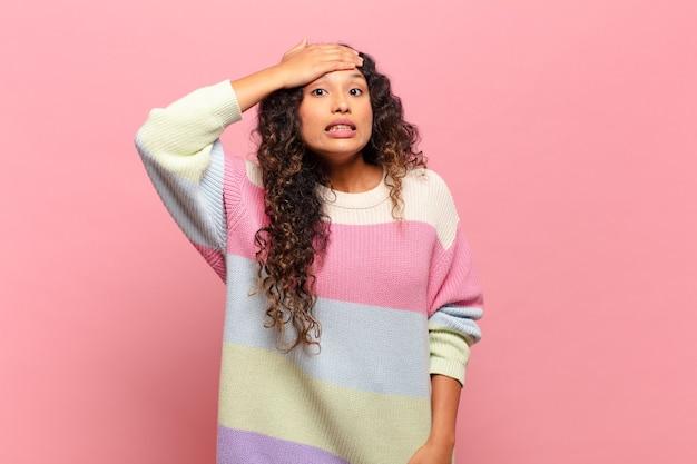 젊은 히스패닉계 여성은 잊어버린 마감일 때문에 당황하고, 스트레스를 받고, 엉망이나 실수를 덮어야 합니다.