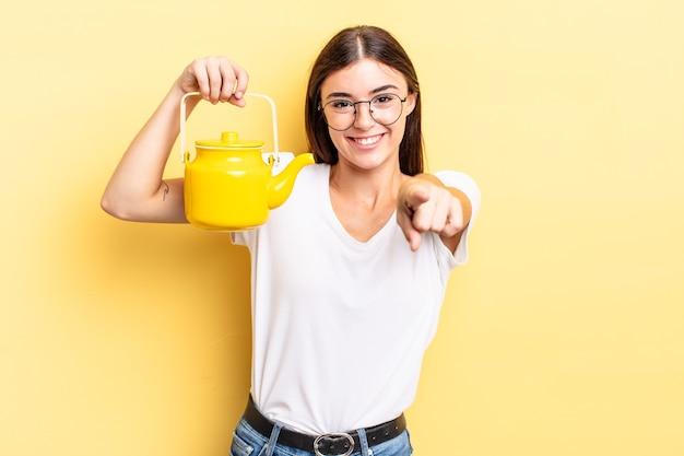 Молодая латиноамериканская женщина, указывая на камеру, выбирая вас. концепция чайника