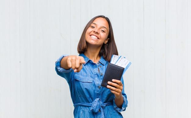 만족, 자신감, 친절한 미소로 카메라를 가리키는 젊은 히스패닉 여자, 당신을 선택
