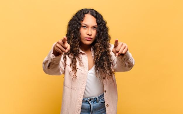 젊은 히스패닉계 여성이 손가락과 화난 표정으로 앞으로 가리키며 의무를 다하라고 말합니다.