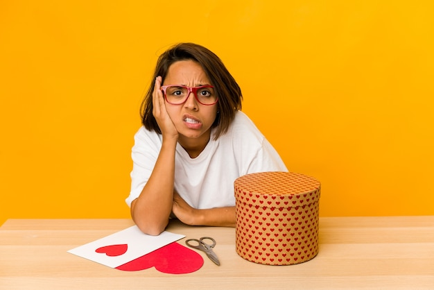 Молодая латиноамериканка готовит подарок на день св. валентина, будучи шокированной, она вспомнила важную встречу.
