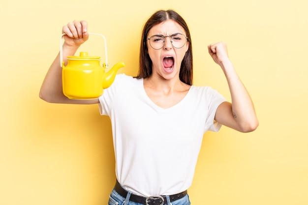 Молодая латиноамериканская женщина кричит агрессивно с сердитым выражением лица. концепция чайника