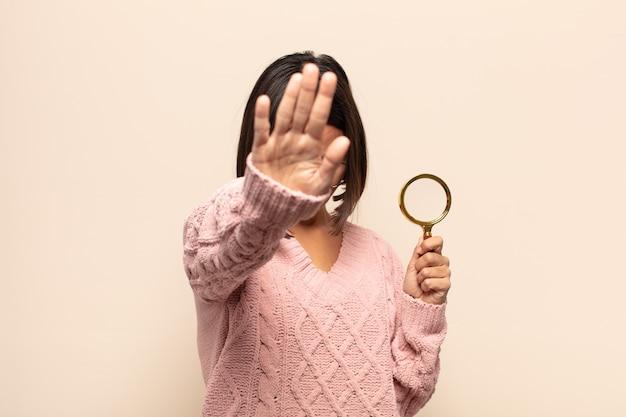 젊은 히스패닉 여자 웃 고 친절 하 게 찾고, 앞으로 손으로 8 또는 여덟 번째를 보여주는 카운트 다운