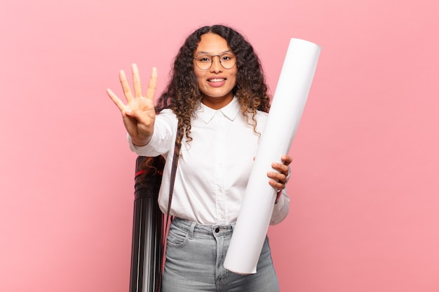 Молодая латиноамериканская женщина улыбается и выглядит дружелюбно, показывает номер четыре или четвертый с рукой вперед, отсчитывая. концепция архитектора