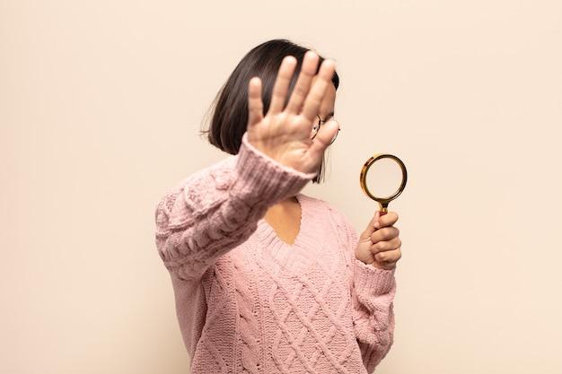 젊은 히스패닉 여자 웃 고 친절 하 게 찾고, 앞으로 손으로 여섯 번째 또는 여섯 번째를 보여주는 카운트 다운