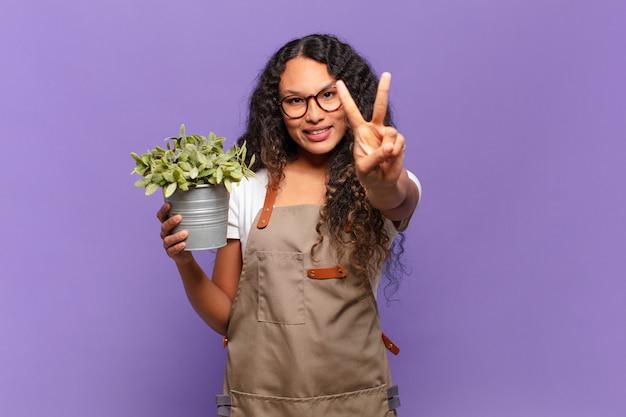 笑顔と幸せそうに見える若いヒスパニック系女性