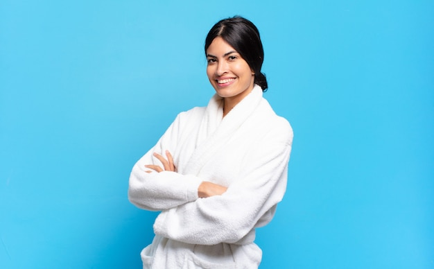 腕を組んで幸せなカメラに微笑んで若いヒスパニック系女性