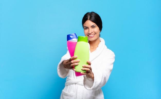 Молодая латиноамериканская женщина с косметикой для лица и средствами по уходу