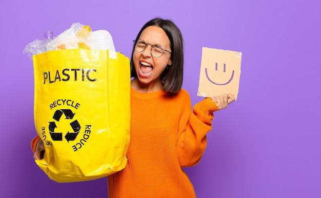 若いヒスパニック女性。リサイクルコンセプト