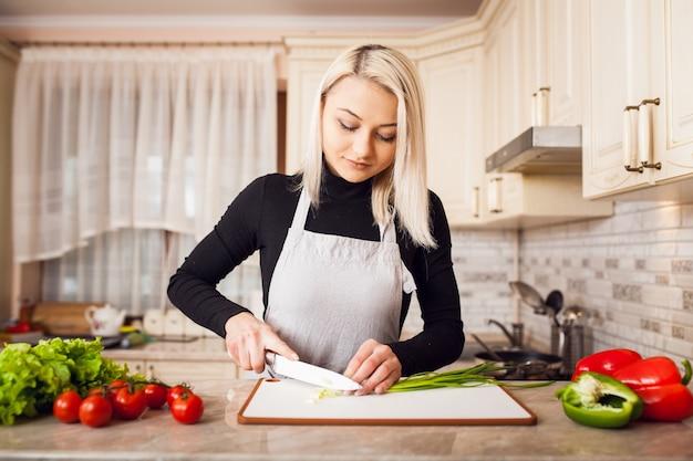 Молодой дом красивый приготовления пищи