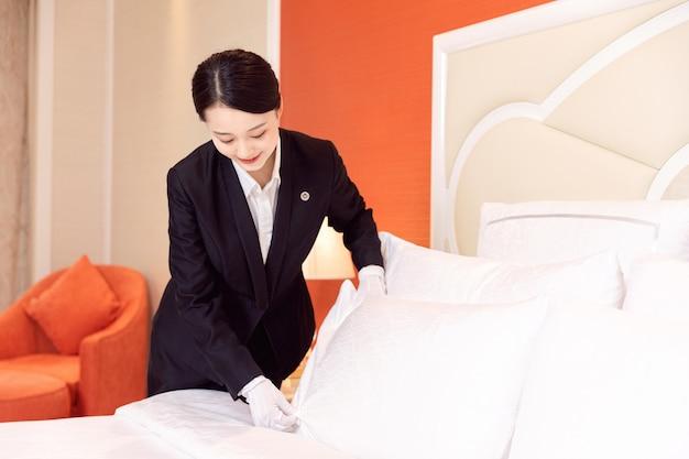젊은 호텔 하녀 청소 호텔 객실