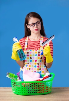 クリーニング用品を持つ若い家政婦女性