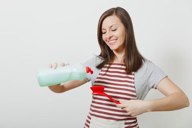 Молодая домохозяйка в полосатом фартуке изолирована