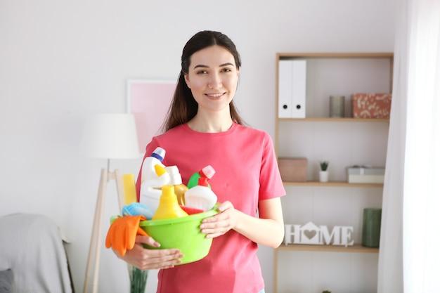 Молодая домохозяйка делает уборку дома крупным планом