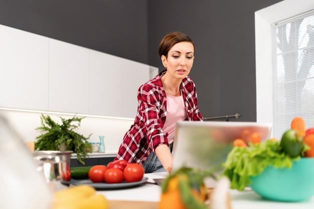 Молодая домохозяйка ищет в интернете рецепты
