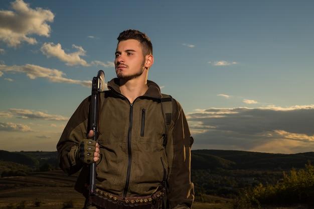 若いハンター。アメリカの狩猟用ライフル。国境のない狩猟。狩りに散弾銃銃を持ったハンター。ハンサムなハンターの肖像画