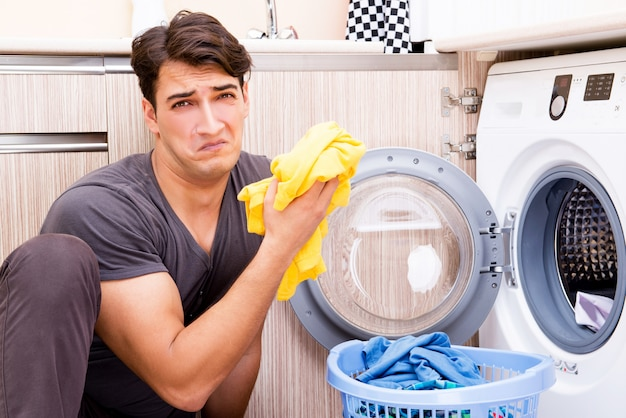 집에서 세탁을 하 고 젊은 남편 남자