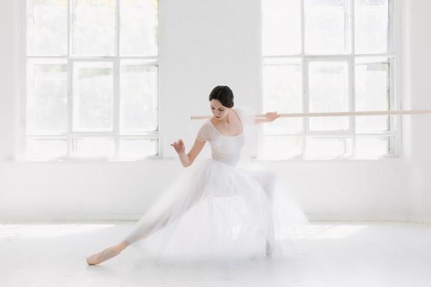 La ballerina giovane e incredibilmente bella è in posa e danza