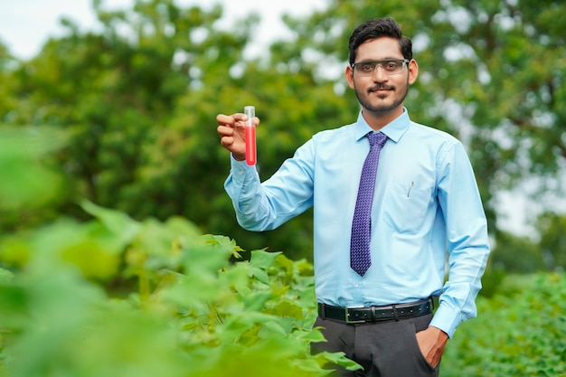 농업 분야에서 샘플을 수집하는 젊은 인도 농학자.