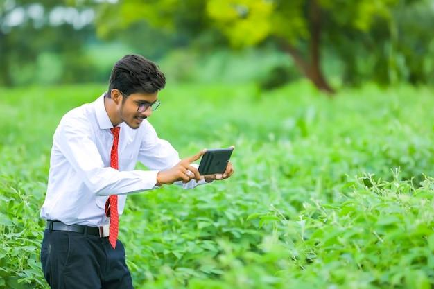 필드에서 스마트 폰으로 젊은 인도 농업 경제학자