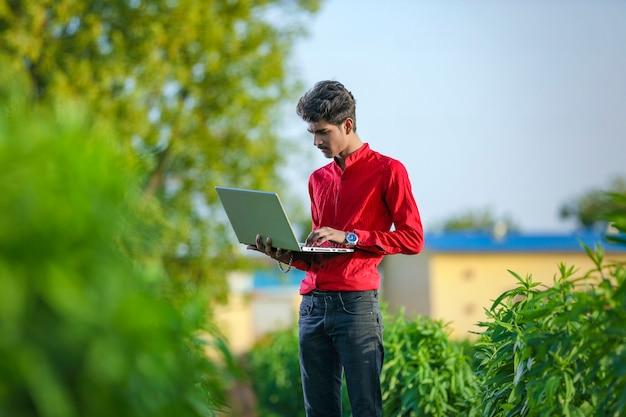 노트북 필드에 젊은 인도 은행 임원 서