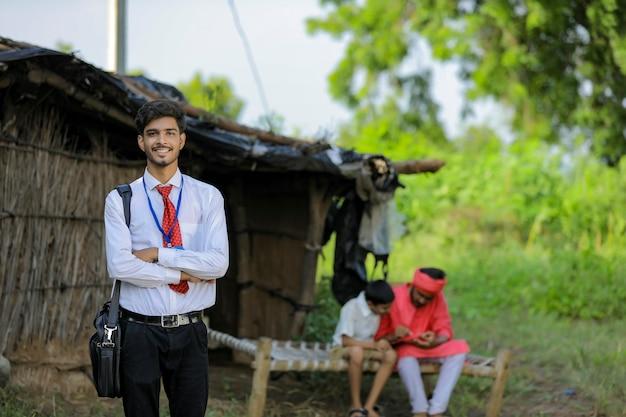 若いインドの銀行家が自宅の農家を訪問