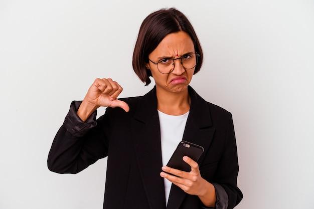 Молодая индийская деловая женщина с изолированным телефоном молодая индийская деловая женщина с изолированным телефоном показывает жест неприязни, пальцы вниз