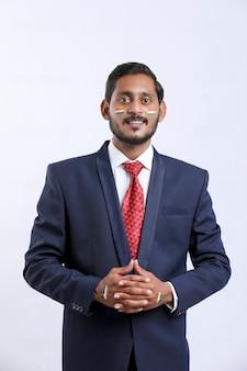 インドの独立記念日または共和国記念日を祝う若いインドの実業家