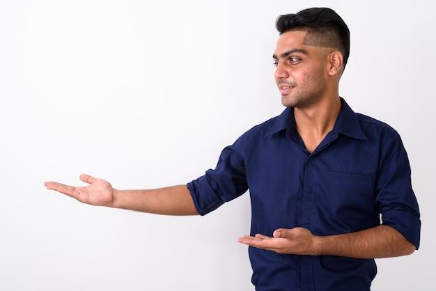 Молодой индийский бизнесмен на белом