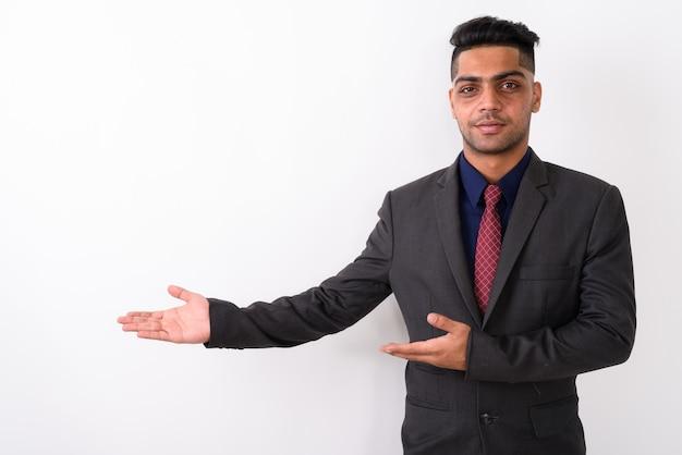 Молодой индийский бизнесмен в костюме на белом