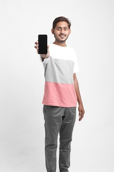 스마트 폰 화면을 보여주는 젊은 인도 대학생