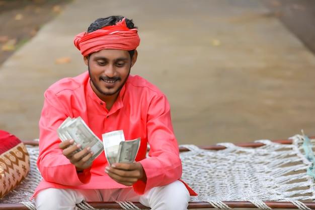 お金を数える若いインド人
