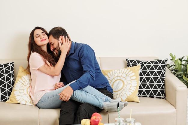 Молодая индийская влюбленная пара