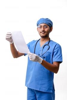 젊은 인도 의사는 흰색 배경 위에 일부 보고서를 확인합니다.