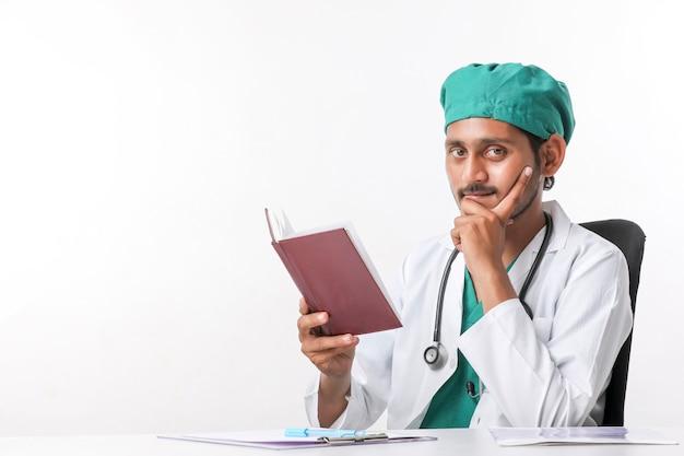 Молодой индийский врач читает дневник в клинике