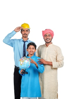 世界の地球地図で農夫と彼の子供にいくらかの詳細を示す若いインドのエンジニア。