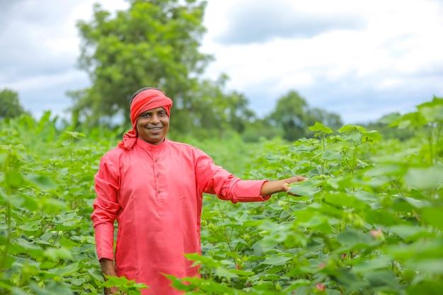 綿畑で若いインドの農家