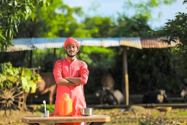 낙농 농장에서 젊은 인도 농부