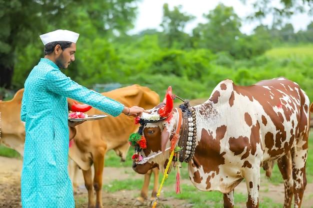폴라 축제를 축하하는 젊은 인도 농부