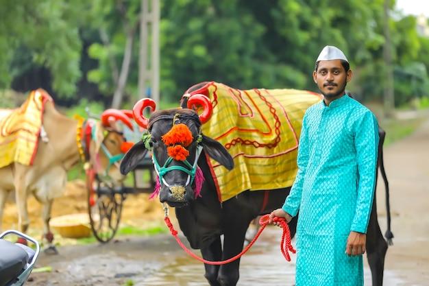 ポーラフェスティバルを祝う若いインドの農民