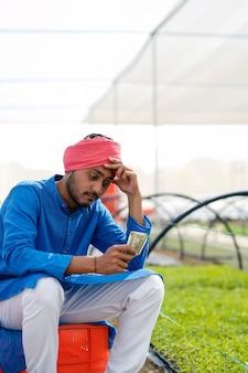 うつ病の若いインドの農夫。