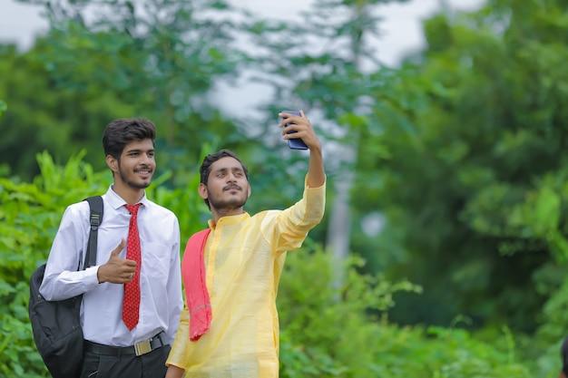 농업 경제학자와 selfie를 복용하는 젊은 인도 농부