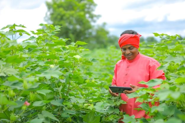 農業分野で携帯電話を使用して若いインドの農家